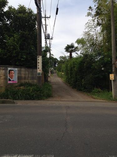 この細い道を100m入った左が鈴木指圧院です。